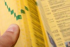 Hand die de gele pagina's zoekt Royalty-vrije Stock Afbeelding