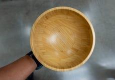 Hand die de houten Kop houden stock foto's