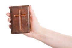 Hand die de oude bijbel houdt stock foto's