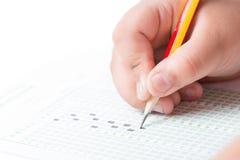 Hand die de testlijst op het onderzoek kiezen stock afbeeldingen