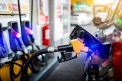 Hand die de witte pick-up met brandstof opnieuw vullen bij het benzinestation royalty-vrije stock fotografie