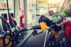 Hand die de witte pick-up met brandstof opnieuw vullen bij het benzinestation royalty-vrije stock afbeeldingen
