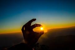 Hand die de zon op Berg houden Royalty-vrije Stock Foto