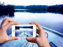 Hand, die den Handy macht Foto hält Stockfotos