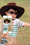 Hand, die den Handy macht Foto hält Lizenzfreies Stockbild