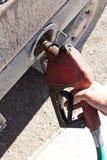 Hand, die Diesel-Tanksäule hält Stockfoto