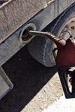 Hand, die Diesel-Tanksäule nah an LKW hält stockbild