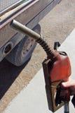 Hand, die Diesel-Tanksäule nah an LKW hält lizenzfreies stockbild