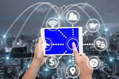 Hand die digitale tablet met slim technologiepictogram en Tokyo houden royalty-vrije stock foto's