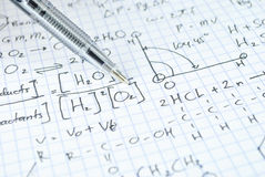 Hand die diverse middelbare schoolwiskunde en wetenschap schrijven stock foto's