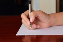 Hand die door pen schrijven Stock Foto