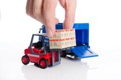 Hand die dozen van vorkheftruckstuk speelgoed nemen Stock Afbeelding