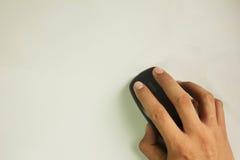 Hand die draadloze die muis houden, op witte achtergrond wordt geïsoleerd Stock Afbeeldingen