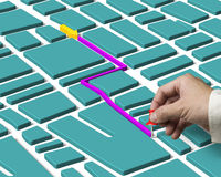 Hand, die Druckbolzen lokalisierte und Kartenwegsuche hält Lizenzfreie Stockfotografie