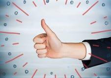 Hand die duimen opgeven tegen onscherp blauw houten paneel en rode blauwe vuurwerkkrabbel stock afbeelding