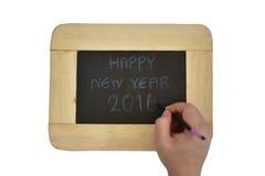 Hand die in Duits Gelukkig Nieuwjaar 2016 op een bord schrijven, selectieve nadruk Stock Afbeeldingen