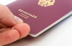 Hand die Duits paspoort houden stock foto