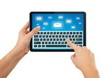 Hand die e-mail op tablet schrijft Royalty-vrije Stock Fotografie