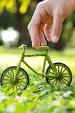 Hand, die Eco-Fahrrad hält