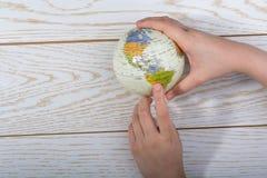 Hand die een bol met de kaart op het houden Royalty-vrije Stock Afbeelding