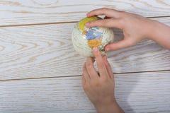 Hand die een bol met de kaart op het houden Royalty-vrije Stock Afbeeldingen