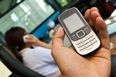 Hand die een celtelefoon houdt Royalty-vrije Stock Foto's
