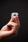 Hand die een diamant houden royalty-vrije stock foto's