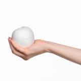 Hand die een ei op witte achtergrond houden Royalty-vrije Stock Fotografie