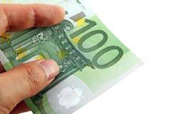 Hand die een euro rekening 100 houdt Stock Foto
