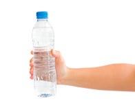Hand die een fles water houdt Royalty-vrije Stock Afbeeldingen