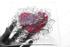 Hand die een gebroken glashart houdt Royalty-vrije Stock Foto