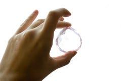 Hand die een gem, onderzoek houdt van jewl Stock Foto