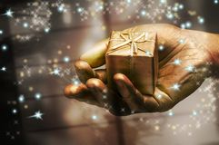 Hand die een gift houdt Stock Foto's