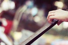 Hand die een gitaar speelt Royalty-vrije Stock Fotografie