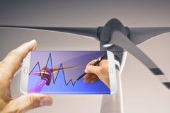 Hand die een grafiek over duurzame energieën trekken op smartphone Royalty-vrije Stock Afbeeldingen