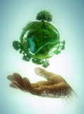 Hand die een groene planeet houden Stock Fotografie