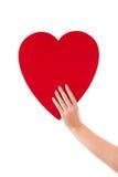 Hand die een grote die hartvorm houden van document voor groetkaart wordt gemaakt Stock Foto's