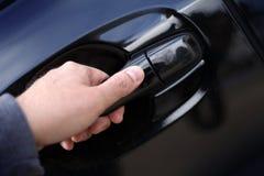 Hand die een handvat van de autodeur openen Royalty-vrije Stock Fotografie