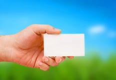 Hand die een kaart houdt Stock Foto