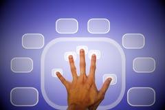 Hand die een knoop duwt Stock Afbeeldingen