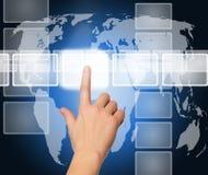 Hand die een knoop op een interface van het aanrakingsscherm duwt Stock Fotografie