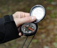 Hand die een Kompas houdt royalty-vrije stock afbeelding