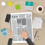 Hand die een krant houden Royalty-vrije Stock Foto