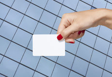 Hand die een leeg adreskaartje houdt Royalty-vrije Stock Foto's