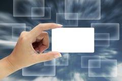 Hand die een lege kaart houdt Royalty-vrije Stock Foto's