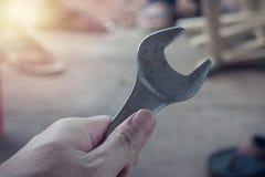 Hand die een Moersleutel houdt Royalty-vrije Stock Foto