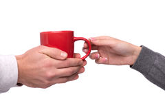 Hand die een mok koffie overgaan Stock Foto's