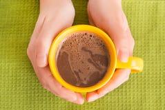 Hand die een mok met koffie houden royalty-vrije stock foto's