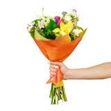 Hand die een mooi boeket van verschillende bloemen houden Geïsoleerde Royalty-vrije Stock Foto's