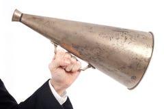 Hand die een oude megafoon houden stock foto